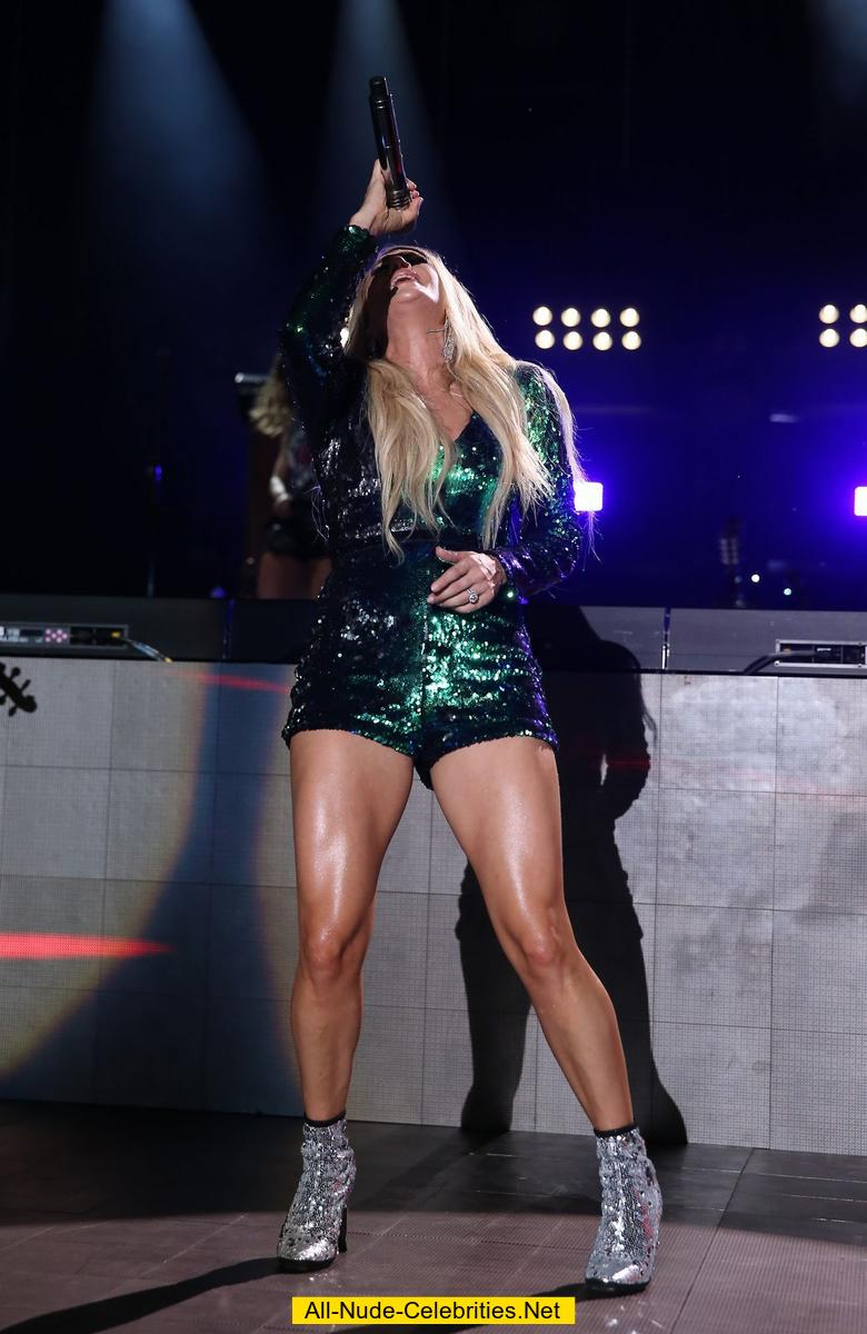 Carrie Underwood Shows Her Sexy Legs On A Stage