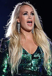 Carrie Underwood shows sexy legs on a stage