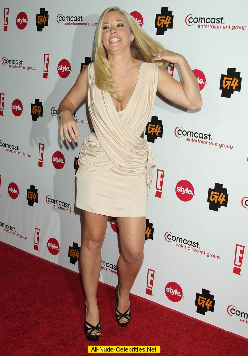 Kendra Wilkinson shows legs and cleavage at cocktail party